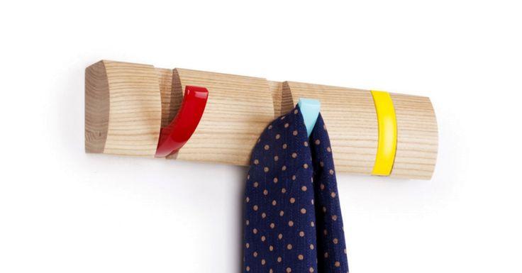 Wieszak z jasnego drewna z trzema kolorowymi haczykami ożywi Twój przedpokój jak również wpasuje się do pokoju dziecięcego. #kolorowywieszak #flip #wieszak