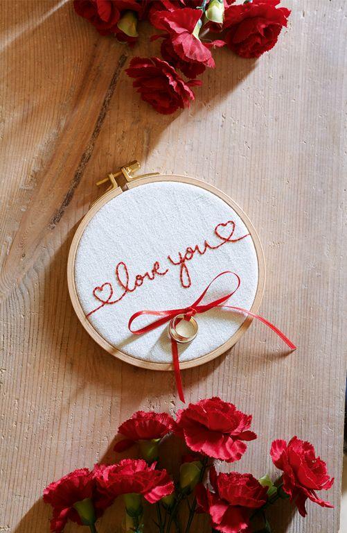 Die Übergabe der Eheringe ist wohl der romantischste Moment der Hochzeitszeremonie. Wie Ihr das Ringkissen selbst sticken könnt, erfahrt Ihr in unserer Step-by-Step-Anleitung. http://www.fuersie.de/diy/hochzeit/artikel/ringkissen-fuer-die-hochzeit-selber-machen
