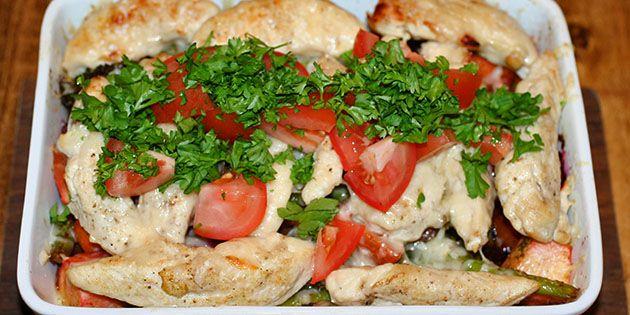 Lækre marinerede rodfrugter, som bliver bagt i fad med både kylling og smeltet parmesan