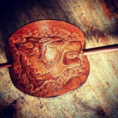 barrette en cuir marron et beige loup wolf pic en bois couleur acajou - Coloration Epicea L Oreal