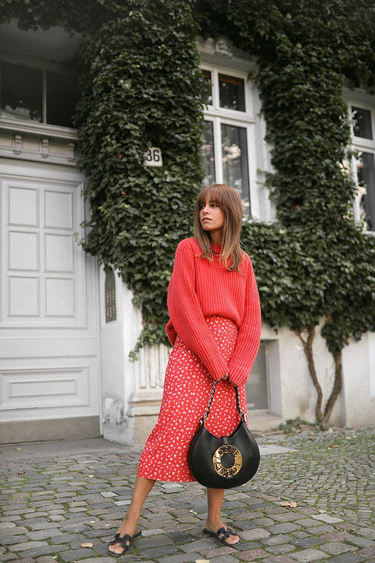 Eine Farbe, die stylingtechnisch mehr und mehr zu meiner Lieblingsfarbe wird, ist definitiv Rot. Ob als Accessoire, Lippenfarbe oder als Basic-Teil wie T-Shirt oder Sweater – ein roter Farbtupfer sorgt immer für den gewissen letzten Schliff. Doch diesmal wollte ich die Farbe nicht nur als Farbtupfer einsetzen, daher ombinierte ich zum roten Blumenrock auch einen …
