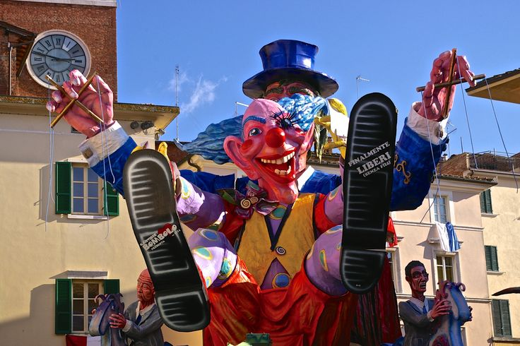 One of the best and the oldest carnival in Italy is in Foiano della Chiana where gian papier-mâché carts extricates in the narrow street of this typical tuscan village.