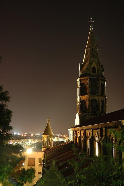 Le clocher de Saint-Georges qui se détache dans la nuit...