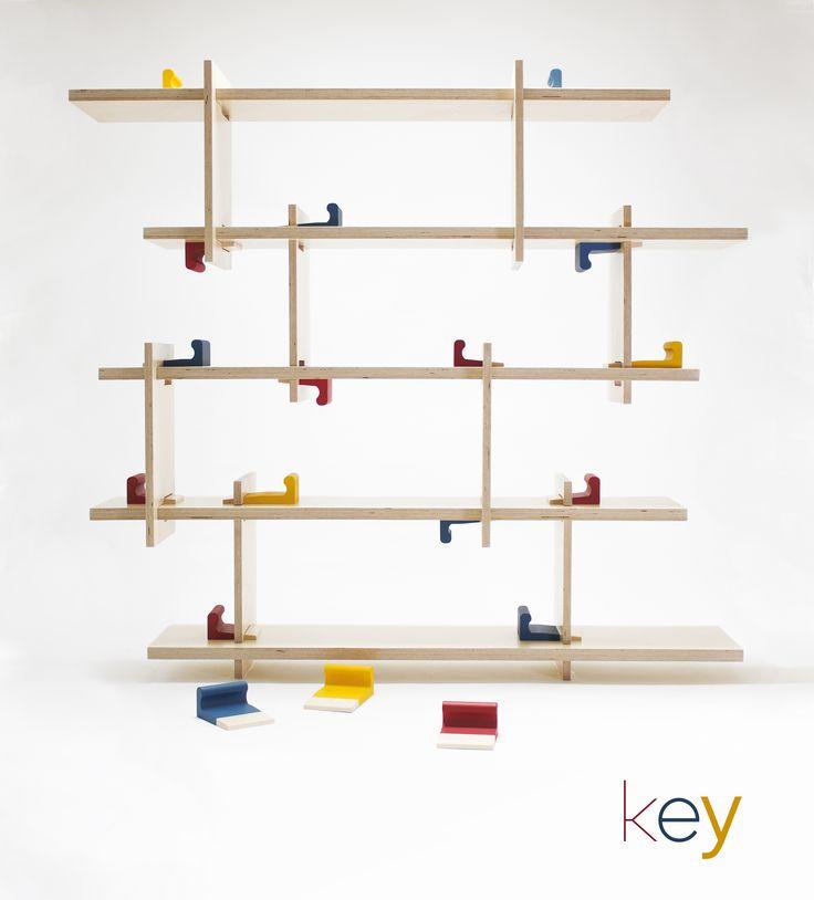 « Key», design Yohann Hewak.  Coin, clé, clavette..., cet élément de liaison, d'assemblage et de blocage traditionnel habituellement discret, devient pour la bibliothèque « Key » un élément fort et identitaire.   Son dessin permet une prise en main instinctive pour un blocage sans outil.
