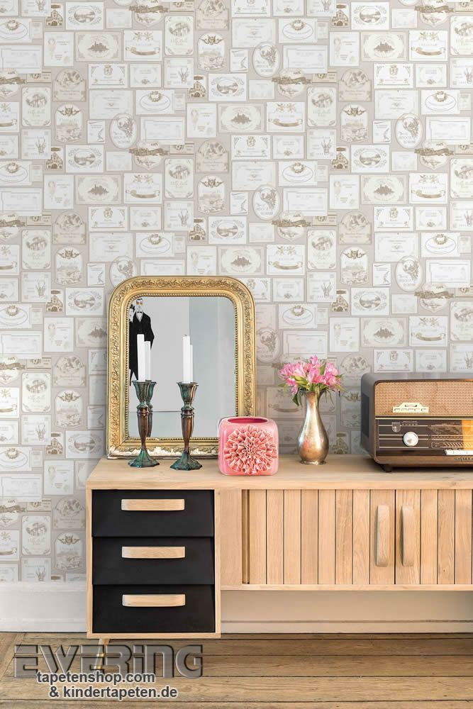 Splendour 02 - Detailreiche Hausschilder in grau schmücken das Wohnzimmer.