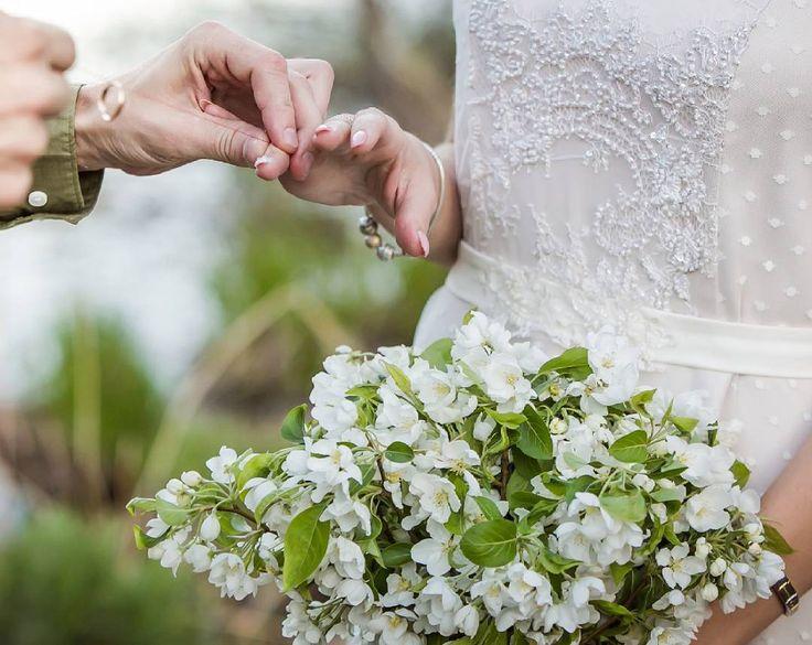 Доброе утро понедельника!  Кажется, май от нас ускользает,  и начинается... Жарааа,  судя по количеству свадеб �� А мы и рады, что много-много красоты увидит свет. У кого-то летом отпуск, а кто-то от работы не оторвётся ��  Фото @sinelnikovaphoto  Декор @elizavetaluneva  #milapolka #weddingideas #weddinginspiration #weddingdress #weddinggown #bridal #bridaldress #tulledress #irkwed2017 #свадьбамосква #свадьбаиркутск #свадьбаспб #свадьбауланудэ #невестаиркутск #невеста #свадьбанабайкале…