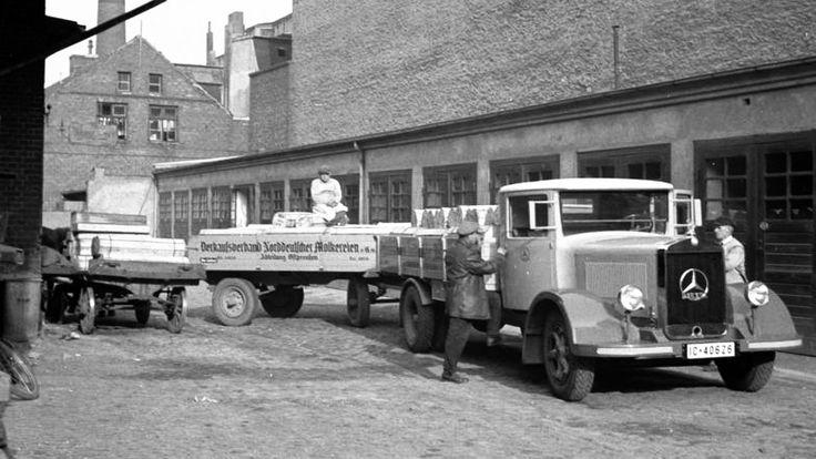 https://flic.kr/p/r4z2hv | 335 Tilsit - Verladen von Tilsiter Käse | Das Foto zeigt das Verladen und den Abtransport von Tilsiter Käse. Foto vom Bundesarchiv, ca. 1938.