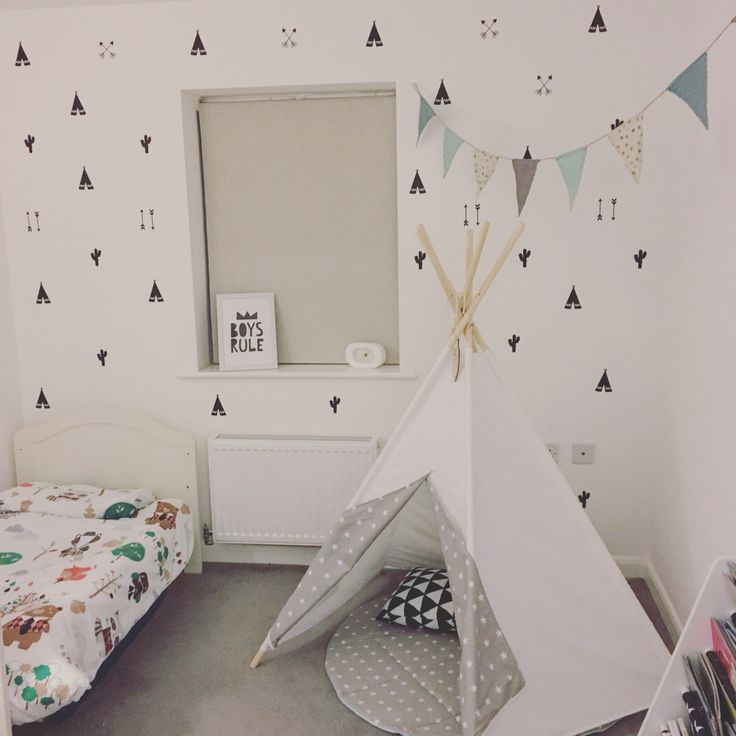 Seth's room. Teepee, cactus and arrows wall stickers. Little Nomad teepee
