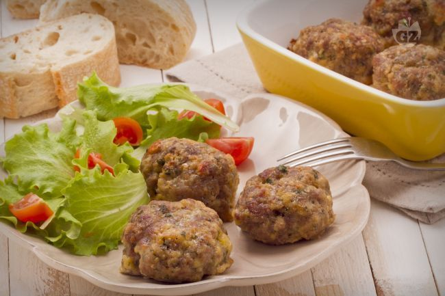 Le polpette al forno sono un secondo piatto gustoso e velocissimo da preparare: succulenti bocconcini di carne arricchiti con formaggio e prezzemolo.