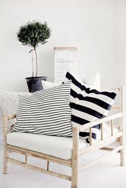 Mezcla texturas y estampados diferentes, como líneas grandes y delgadas, para darle un toque modero a tus muebles.