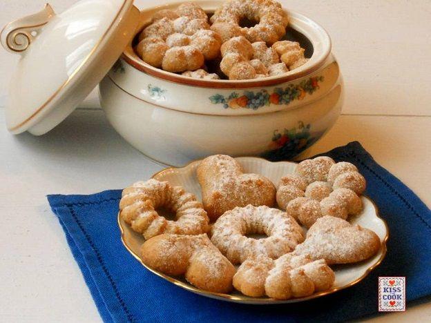 Biscotti con farina di farro, senza burro, buoni e molto semplici, dal gusto un po' rustico. L'impasto è molto morbido e adatto per lo sparabiscotti.