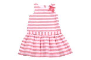 Vestido para niña, con estampado de rayas color coral y blanco. Cuello redondo y sin mangas.