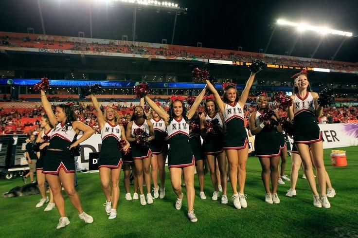 Las cheerleaders de los Northern Illinois Huskies salen al campo para animar a su equipo en el partido contra Florida State Seminoles