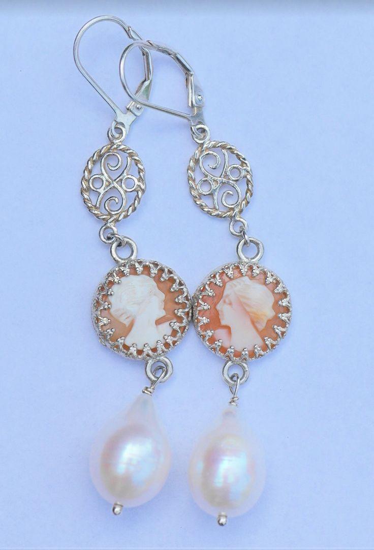 prachtige nieuwe zilveren oorbellen met natuurlijke parels en hand gesneden schelp camees door wwwjewelqueennl op Etsy
