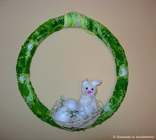 Creative Re-use project: Easter wreath made with an unused pipe / Ghirlanda pasquale con tubo idraulico e muschio finto
