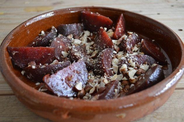 Iată o combinaţie pe cât de simplă, pe atât de gustoasă! Savurează această salată cu sfeclă roşie şi migdale în asociere cu alte preparate sau chiar simplă!