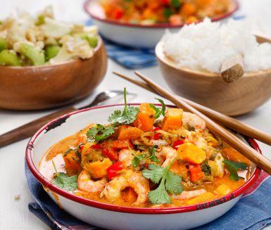 Den här rätten innehåller hetta från röd curry. Är någon i familjen känslig för stark mat kan man minska på currypastan och servera en klick vid bordet för de som vill!