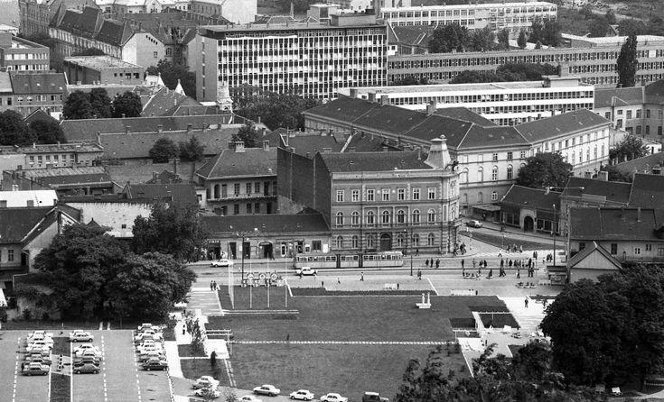 Szent István tér, háttérben a Városháza.