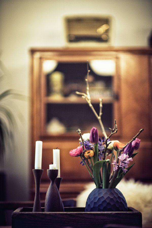 Heute ist es so kalt wie den ganzen Winter über noch nicht. Dabei hab ich das erste mal seit Wochen richtig schöne bunte Blumen auf dem Tisch stehen.Ganz schön verwirrend.Draußen Winter & drinnen Frühling,.:smile: