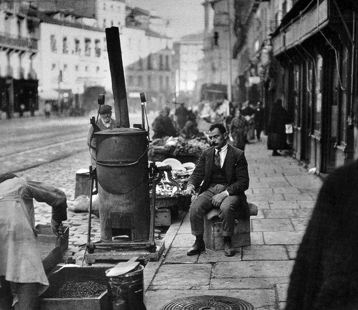 La calle de Toledo fue lugar de aposento del viajero y aquí se encontraban la mayor parte de los mesones, ventas y posadas de Madrid. Por esta calle pasaban los campesinos que venían de los pueblos de la provincia para llevar sus mercancías al mercado de la cebada y el de San Miguel. Es paralela al popular rastro madrileño.
