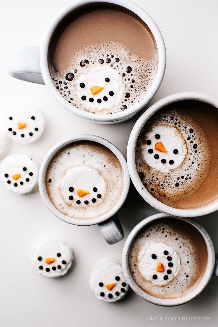 ◖ pinterest: @ndeyepins ◗ Marshmallow en forme de bonhomme de neige à la mente dans son café au lait