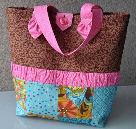 This patchwork tote bag has a set of pockets and key holder sewn into the lining. This free pattern is brought to you by My Patchwork. Get the free tote ba