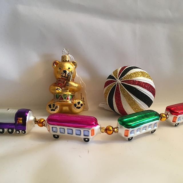 Vi har fått inn mye artig juletrepynt i nettbutikken. Toget egner seg godt som borddekorasjon også!#jul #juletrepynt #julepynt #juletre #ornament #glasskuler #glassornament #gammeldagsjulepynt #nisse#julekule#bamse #juletog