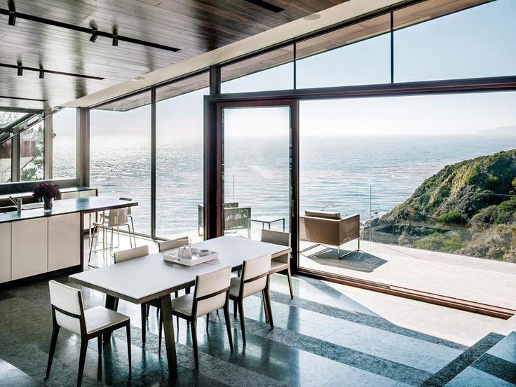 California Living. Rivolta verso l'oceano e definita da ampie vetrate, la cucina open-space con sala da pranzo di Fall House, in California, apre direttamente all'esterno grazie all'accesso diretto alla terrazza panoramica sul lato mare.