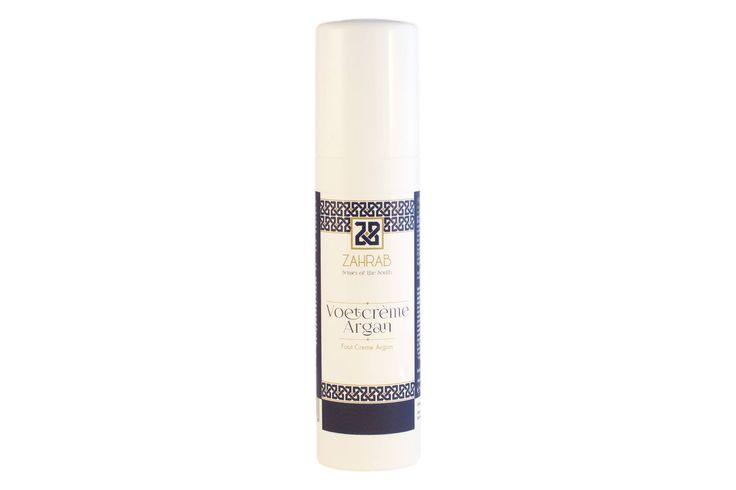 De voetcrème van ZahraB wordt snel opgenomen door de huid waardoor ze niet vettig aanvoelt. De emulsie van superieure plantaardige oliën, zoals arganolie, de koudgeperste olie uit de zaden van de cactusvijg en andere essentiële oliën zoals eucalyptus, pepermuntolie maken dat de huid intensief gevoed wordt. Het product is vrij van vaselinegelei, paraffine, PEG emulgatoren en synthetische kleur- en geurstoffen. Leg je voeten in de watten met de voetcrème van ZahraB en voel hoe ze zachter…