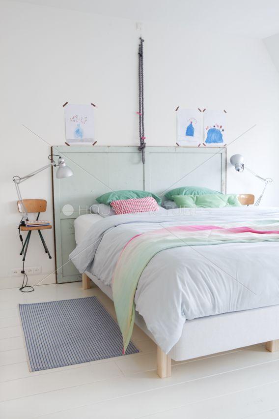 Een eigentijds hoofdbord maak je van oude deuren of planken die je een frisse kleur kunt geven.