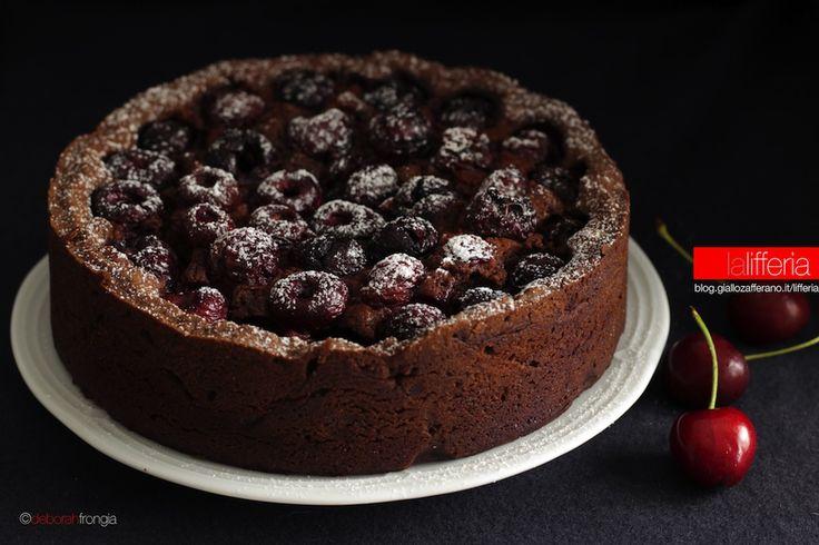 La torta alle ciliegie morbida è una torta semplice e dal gusto ricco: dolci e succose ciliegie e cioccolato fondente, rendono questo dolce unico.