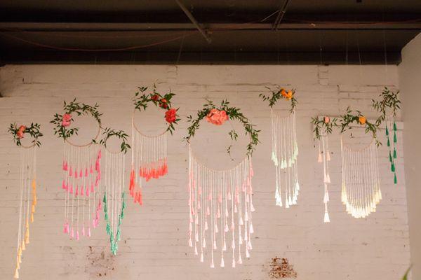 DIY: Hängende Ringe mit Blumen verziert als Dekoration zur Hochzeit