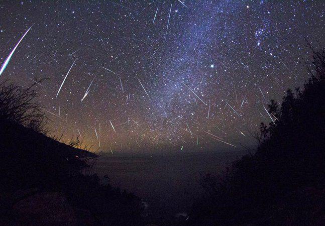 Entre os dias 28 e 29 de julho um espetáculo que tecnologia nenhuma é capaz de reproduzir se dará ao vivo, diante de nossos olhos, de graça, para todo mundo ver. O título é pomposo como de um filme de ficção científica: Delta Aquarídeas. O show, porém, é melhor do que qualquer cinema. Trata-se de uma impressionante chuva de meteoros. O melhor horário para assistir à chuva será às 21h de Brasília, na direção da estrela Delta Aquarii, que fica localizada na constelação de Aquário. Mas para…