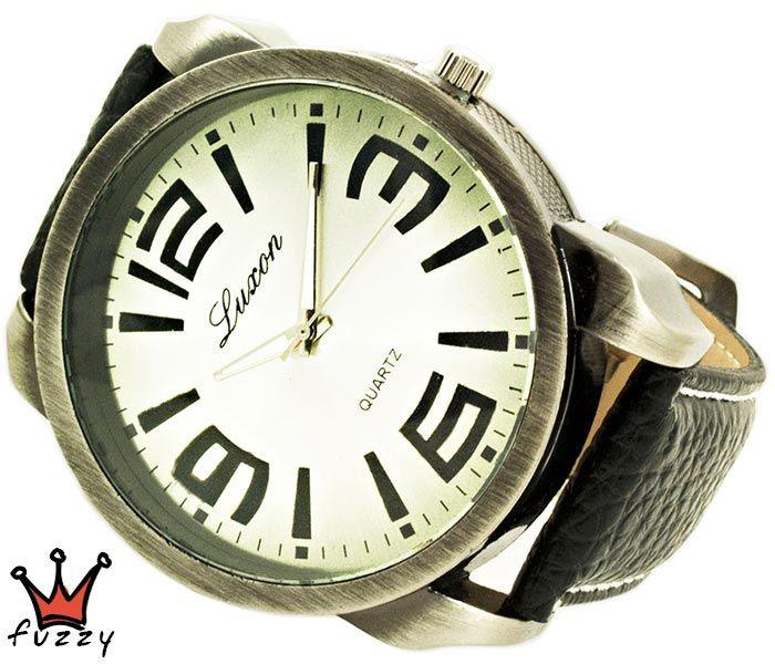 Ανδρικό ρολόι σε μπρονζέ και μεγάλα νούμερα στο εσωτερικό του. Λουράκι σε μαύρο χρώμα από δέρμα με λευκές ραφές. Διάμετρος καντράν 50 mm.