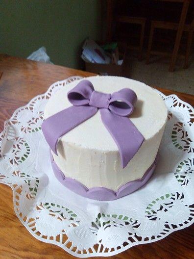 Tarta de remolacha con cobertura de crema de mantequilla con merengue suizo.
