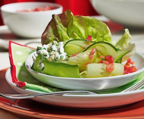 Insalata di cetrioli con cottage cheese e vinaigrette al rabarbaro