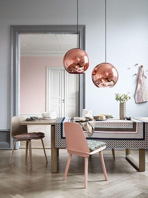 Uma boa alternativa para acender o Rose Quartz é combiná-lo com o cobre, como acontece na sala de jantar com luminárias de Tom Dixon