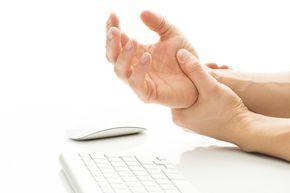Ellerde ve ayaklarda uyuşma hissi oluştuğunda dokunma sırasında belirtiler kendini gösterebilir. Diğer belirtiler ise karıncalanma, yanma hissi, ağrı veya etkilenen bölgede zayıflık hissi oluşmasıdır. El ve ayaklarda uyuşma hissi çok yaygın olarak görülen bir sorundur. Sürekli olarak eller ve ayaklar üzerine baskı uygulamak, geçici sinir baskısı, sinirlerde hasar oluşumu, aşırı alkol tüketimi,sigara kullanımı, yorgunluk, hareketsiz …