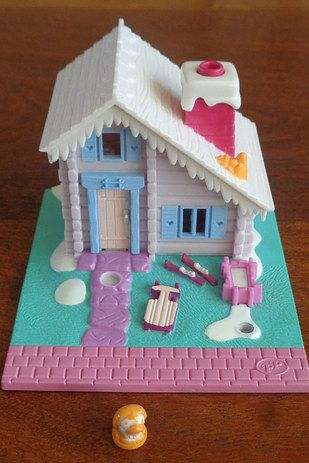 And if they were tired of the pool? NBD. You'd bring her on over to her EPIC SKI LODGE. | 21 Polly Pocket Sets That Will Give Every '90s Kid Intense Nostalgia