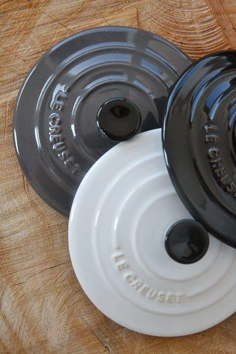 Se tre mini cocotte in gres smaltato colori nero grigio e bianco, diametro 10cm