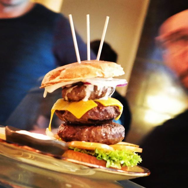 Cowboys/-girls essen ihre Burger im Cowboys Burger Saloon in Wuppertal | Atomlabor Gastrotipp