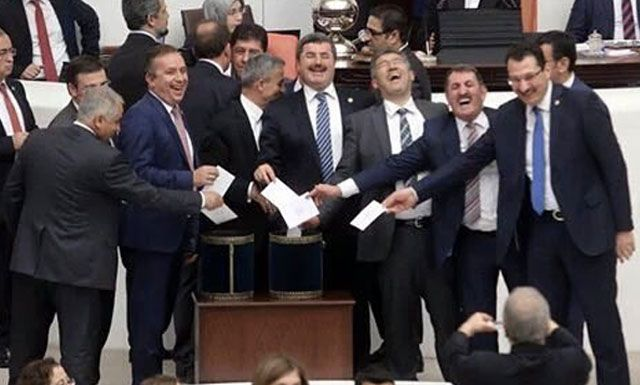"""""""Millet Meclisi"""" adını taşıyan bir kuruma içeriden tahrip kalıbı döşemekle meşgûlsünüz... Bunda gülünecek ne var?"""