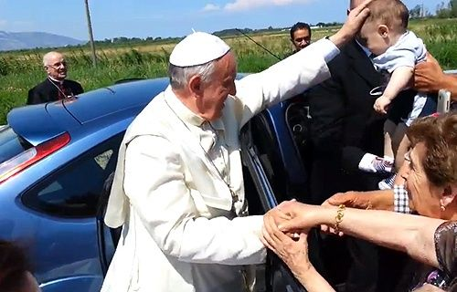 Pope Francis stops car to bless young disabled woman :: Catholic News Agency (CNA)