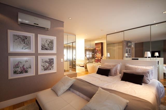 O quarto do casal, por ser amplo, permitiu que a arquiteta trabalhasse com tons de cinza, branco e espelho, deixando o ambiente clean, moderno e extremamente sofisticado http://ow.ly/blPso