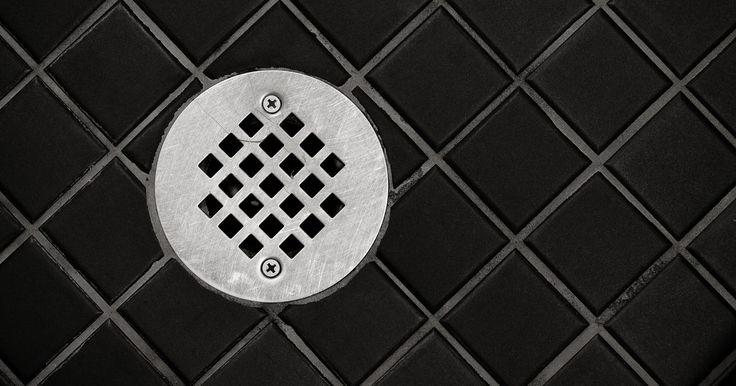 Cómo retirar la tapa del desagüe de una ducha. Retirar la tapa del desagüe de una ducha resulta útil a la hora de reemplazarla por otra, limpiarla, reparar el desagüe cuando esté obstruido o asegurarte de que funciona correctamente. Quitar la tapa es diferente de remover el tubo de desagüe en sí. Retirar la instalación entera del sumidero puede requerir de un fontanero, mientras que la ...