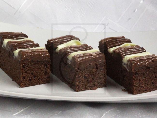 Dreifarbige cremige Wellen auf einem feinen Kakao-Kuchenboden. Ein Nachtisch, der auch für die anspruchsvollen keine Enttäuschung sein wird.