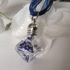⭐ collier pyramide diam's ⭐40 mm x 20 mm remplissage diamants bleus ras de cou en organza cm