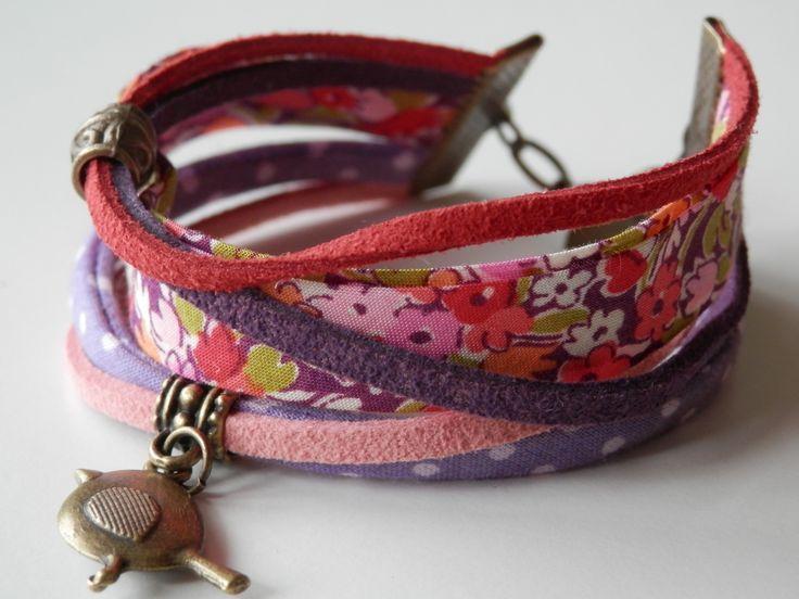Bracelet multi cordons cuir et tissus liberty couleurs pastels rose, violet et kaki, fleuri et breloque oiseau : Bracelet par motus-et-bouche-cousue