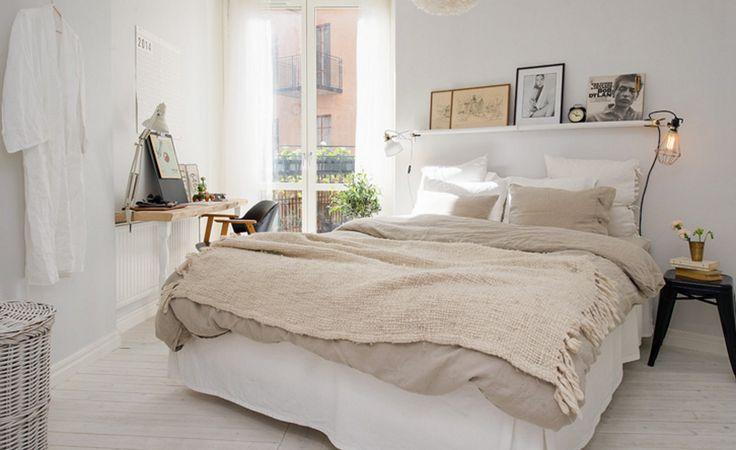 Un appartement à la déco éclectique headboard shelves shelves and bedrooms