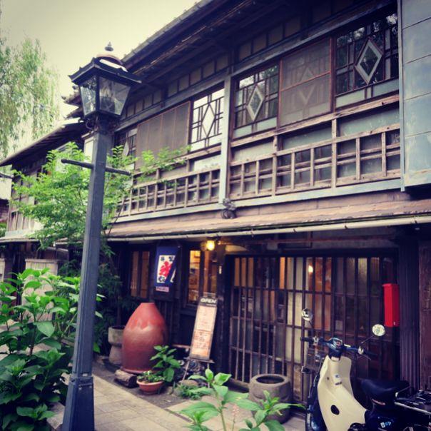 静岡県伊豆に、古民家をリノベーションした建物が使われているカフェやレストランが多くあるのをご存知ですか?昔ながらの色を残したままの店内は、とてもノスタルジックな雰囲気。今回は古民家カフェが多い下田市のカフェを中心に、伊豆に行ったら立ち寄りたいカフェをセレクトしました!